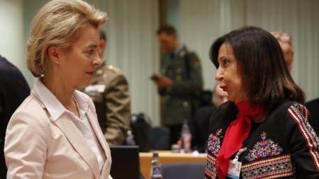 Германският министър на отбраната Урсула фон дер Лайен и испанската ѝ колежка Маргарита Роблес в началото на срещата на военните и външните министри в Брюксел.