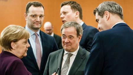 Ангела Меркел, Армин Лашет и Маркус Зьодер по време на правителствено съвещание в Берлин - март 2020