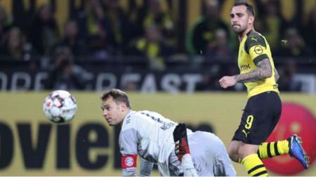 Пако Алкасер бележи победни гол във вратата на