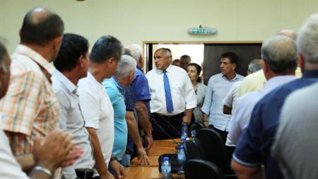 Премиерът Бойко Борисов отиде в Пазарджик да убеждава кметове и протестиращи в необходимостта от мерките срещу чумата по свинете.