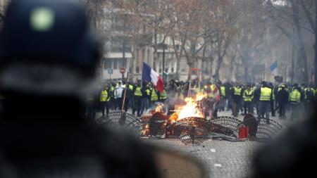 """Протестиращи """"жълти жилетки"""" в Париж"""