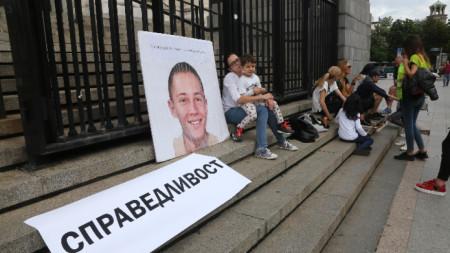 Протест предшества поредно заседание по делото за убийството на 15-годишния Георги Игнатов преди 5 години в столичната Борисова градина. Подсъдим за смъртта на момчето е Йоан Матев.