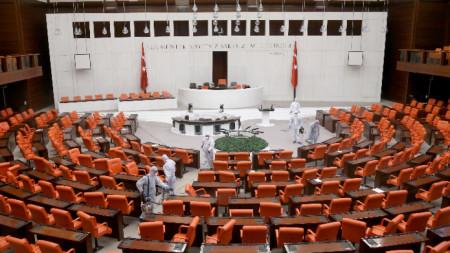 Дезинфекция в Меджлиса подготвя залата за заседание на депутатите
