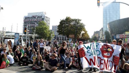 Ученици и студенти протестират в Дортмунд за спазване на климатичното споразумение от Париж.
