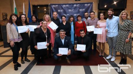 """""""Семейна"""" снимка на завършилите майсторския клас на БНР Академия и някои техни преподаватели."""
