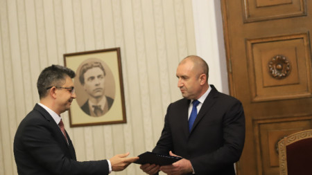 Plamen Nikolov (i.) presenta la estructura del futuro gobierno al presidente Rumen Radev.