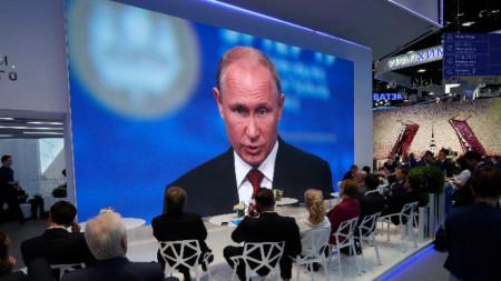 Путин призова за преосмисляне на ролята на долара, който, ставайки световна резервна валута, се превърна днес в инструмент за натиск на страната емитент над целия останал свят.