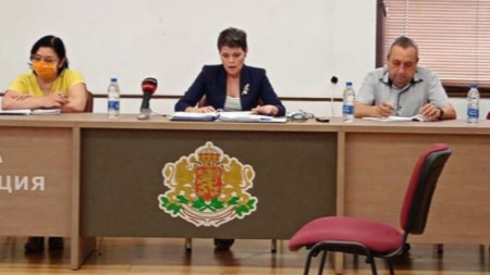 Заместник-областният управител Даниела Николова ръководеше заседанието на Областния кризисен щаб, шефът й Ангел Стоев отсъстваше
