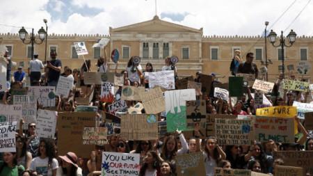 """Протестът на гръцки студенти пред парламента в Атина под егидата на  международното екодвижение """"Петъци за бъдеще""""."""