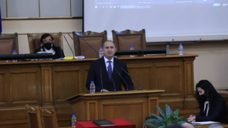 Румен Радев говори пред депутатите в новото Народно събрание.