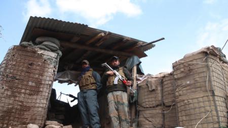 Афганистански служители по сигурността, провинция Нангархар, 24 март 2021 г. На 24 март талибаните отхвърлиха участието си в евентуални предсрочни избори, предложени от афганистанското правителство като възможност за продължаване на вътрешноафганистанските мирни преговори, които са в застой.