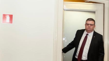 Главният прокурор Сотир Цацаров излиза от стаята на ПГ на ГЕРБ в Народното събрание