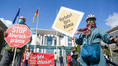 Протест пред канцлерството в Берлин срещу искането за отпускане на държавна помощ за автомобилната индустрия.