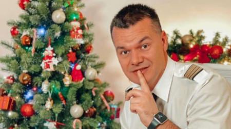 Обичайно Марио Бакалов оставя подаръците под елхата и излита. Не и тази година обаче.