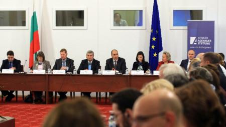 """В Народното събрание се проведе кръгла маса """"Управление на миграционната политика в контекста на изборите за Европейски парламент""""."""