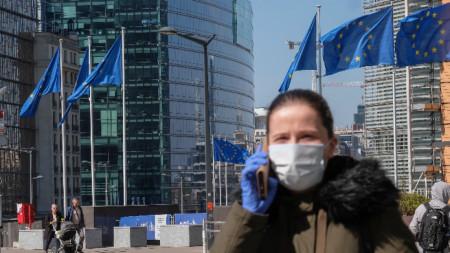 Жителка на Брюксел с предпазна маска и ръкавици, 7 април 2020 г.