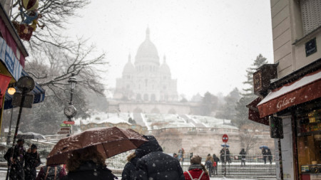 Сняг валя и в Париж