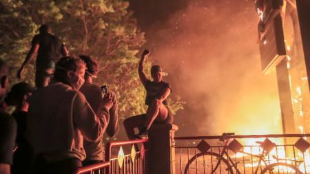 Заведение до полицейския участък също е подпалено от демонстранти