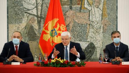 Премиерът Душко Маркович (в средата) обяви на пресконференция в Подгорица, че страната му е свободна от коронавируса.