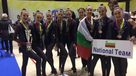 Елена Дукова (в средата) и националният отбор по естетическа групова гимнастика на България