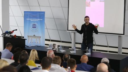 Димитър Бербатов по време на лекцията в НСА.