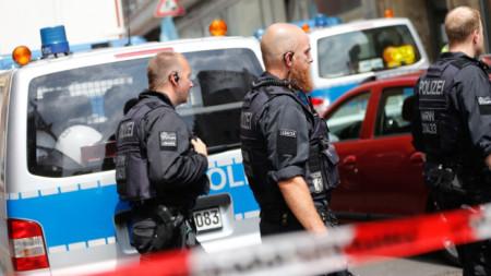 По време на акцията he,;dkiur полицаи претърсиха няколко апартамента в Кьолн и /.rpurs град Дюрен.