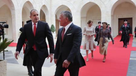 Румен Радев и съпругата му Десислава Радева бяха посрещнати с официална церемония.