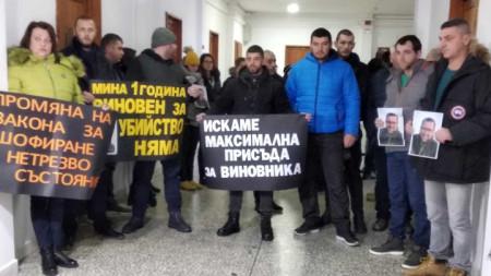 Близо 50 приятели и роднини на загиналия 33-годишен Евелин Дуков се събраха пред Бургаския окръжен съд на протест.