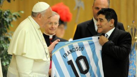 Марадона подарява фланелката с №10 на папа Франциск.