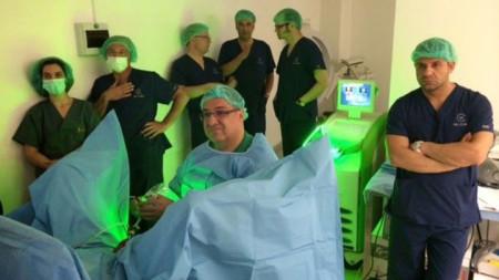 Проф. Фернандо Санча по време на операция