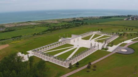 Мемориалът е край т.нар. Златен плаж, един от основните райони на десанта в Нормандия през Втората световна война.