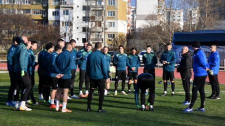 Илиан Илиев говори пред футболистите на първата тренировка.