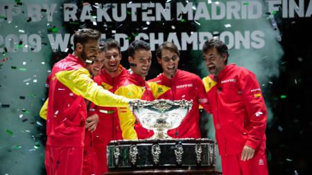 Отборът на Испания с трофея, спечелен през 2019 година.