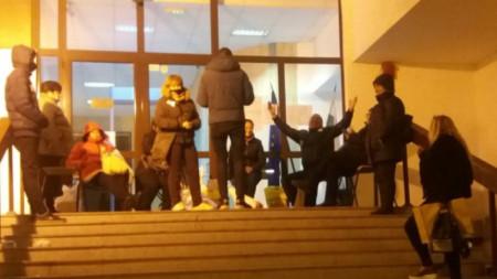 Секционните комисии все още чакат ред пред РИК-Стара Загора