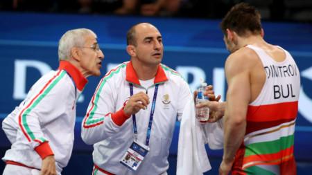 Светослав Димитров получава инструкции от треньора Серафим Бързаков.
