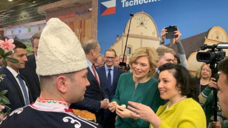Основен акцент в политиката за подкрепа в България остават малките и средни стопанства, заяви министърът на земеделието Десислава Танева, след като откри българския щанд на международното изложение в Берлин.