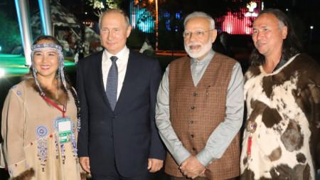 Путин и Моди позират за снимка във Владивосток.