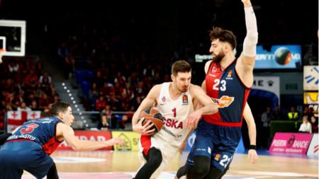Нандо де Коло (с топката) отбеляза 28 точки за успеха на ЦСКА (Москва).