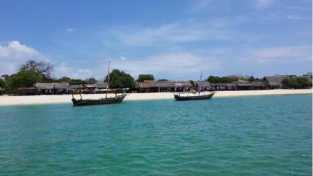 Рибарско селище в Занзибар, където ток има само в смесения магазин