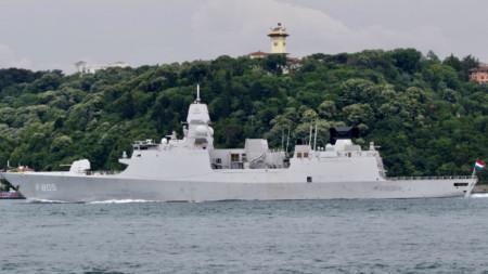 """Нидерландската фрегата """"Евертсен"""" преминава през Босфора, 14 юни 2021 г."""