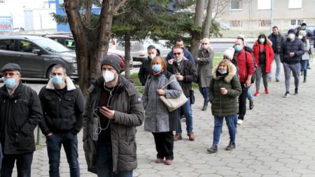 Опашка от желаещи да се ваксинират в Пловдив