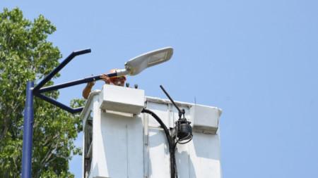 Очаква се изпълнението на проекта да доведе до 50% по-малко разходи за осветление или 700-800 хил. лв. икономии годишно.