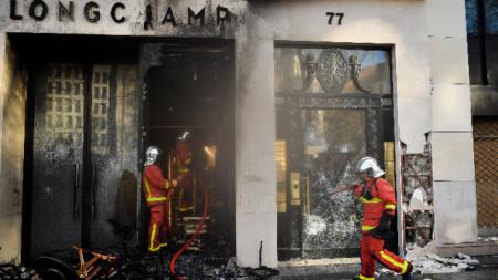 Опожарен магазин в центъра на Париж след протестите в събота.
