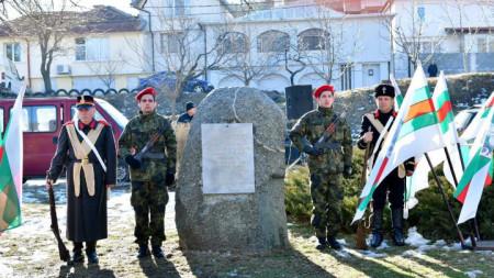 """В чест на освободен Сливен и свободна България представителите на местния клуб """"Традиция"""", облечени в опълченски униформи и хайдушко снаряжение, изстреляха тържествен залп."""