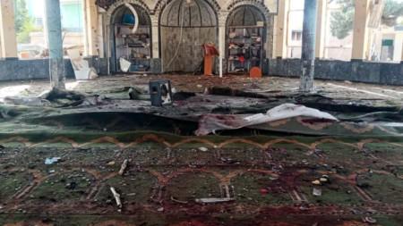 Последици от бомбената експлозия в шиитска джамия в град Кундуз, Северен Афганистан.