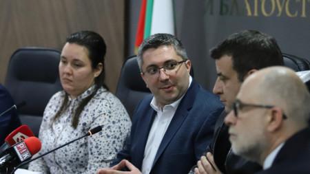 Заместник-министърът на регионалното развитие и благоустройството Николай Нанков се срещна днес с представители на транспортния бранш във връзка със старта на тол системата от 1 март.