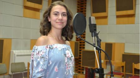 Фатме Кальор в звукозаписното студио на Радио Благоевград