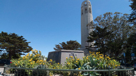 Празният пиедестал на статуята на Христофор Колумб в Сан Франциско, до кулата Coit Tower  с изглед към моста Голдън Гейт и залива Сан Франциско, 18 юни 2020 г.