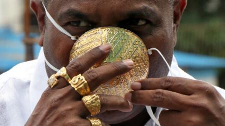 Шанкар Курхаде и неговата защитна маска от чисто злато