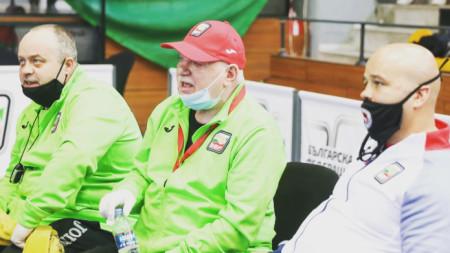 Ангел Ангелов (с шапката) качва отбора на Белмекен.